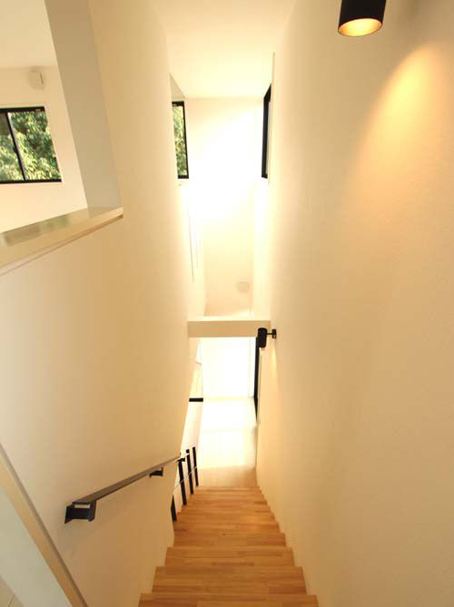 階段室にも十分な採光を採り込み明るくしています