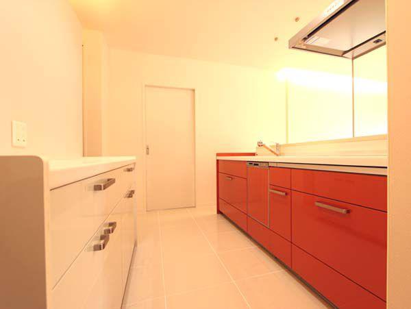 ビビットな赤色のキッチンがとってもお洒落です