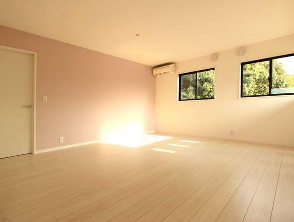2階の子供部屋は淡いピンク色で優しいイメージを醸し出しています