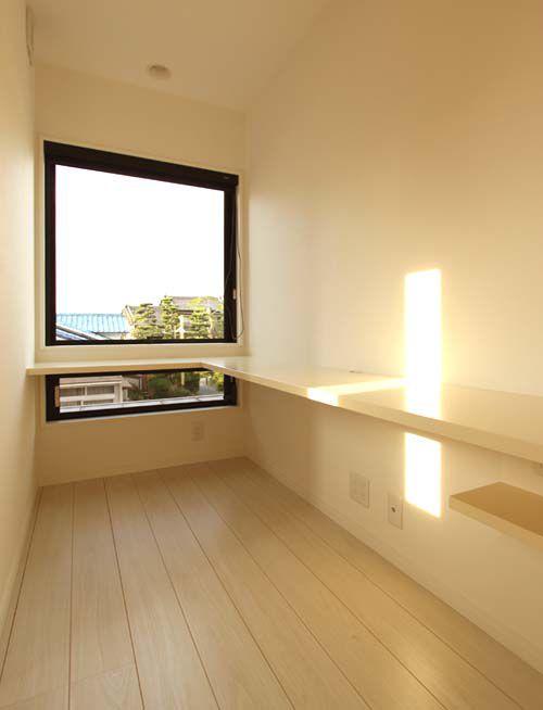 2階廊下にも大型窓を配置し、明るい廊下を実現しました