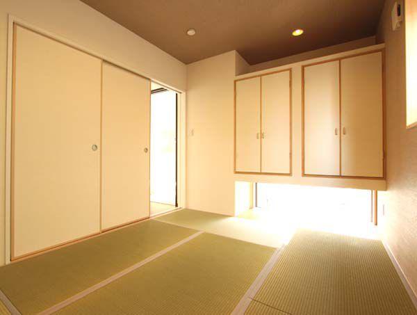 玄関横の和室には柔らかな陽差しが差し込みます。