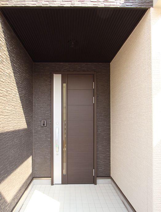 シンプルなデザインの玄関ドア。