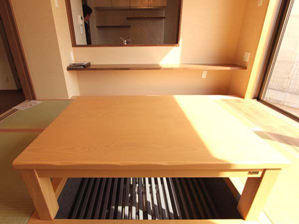 リビングに続く畳スペースには掘りゴタツを設置。