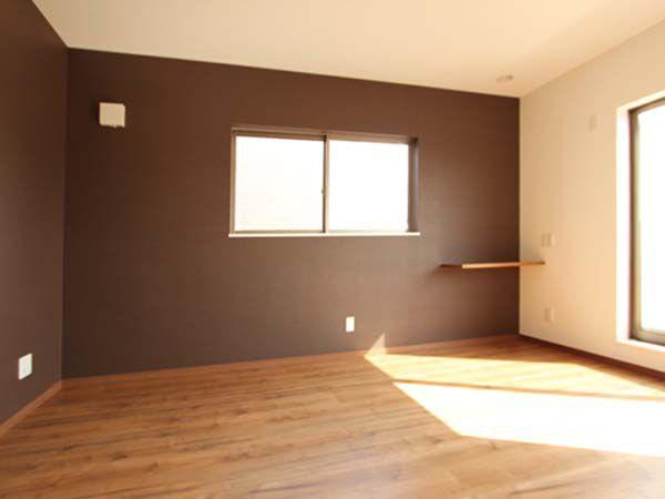 主寝室はシックなブラウン系の壁紙でコーディネートしました。