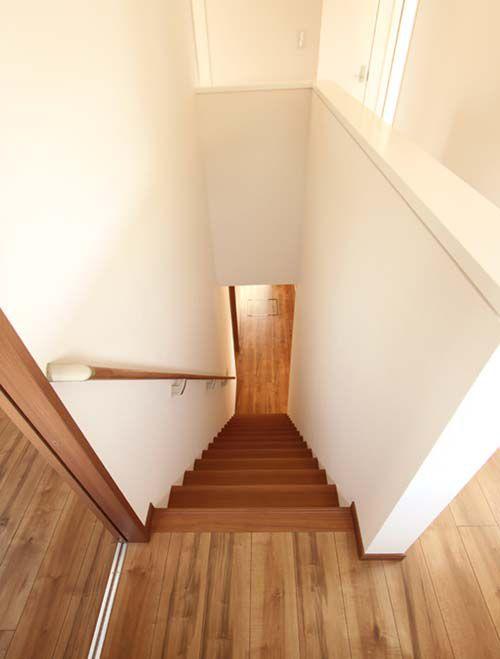 階段室はシンプルな色合いでまとめました。