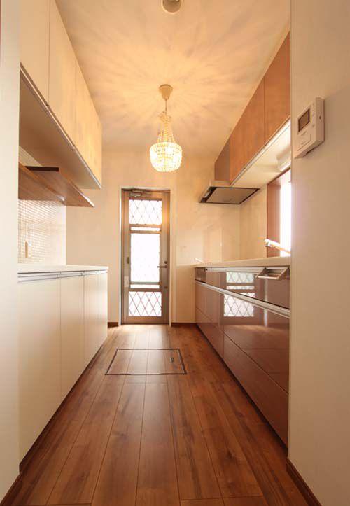 機能的なキッチン。便利な採風勝手口や床下収納を設置しました。