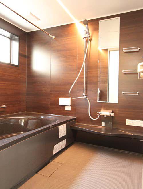 シックな色調の浴室はゆったりサイズ。落ち着いた雰囲気を醸し出しています。