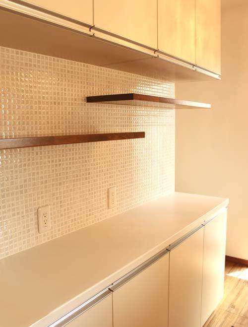 キッチンの造り付け食器棚。モザイクタイルがお洒落です。