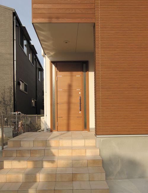 玄関には木目調の重量感あるドアを使用しました