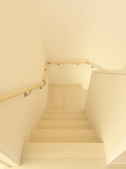 階段室もホワイト色で明るくコーディネート