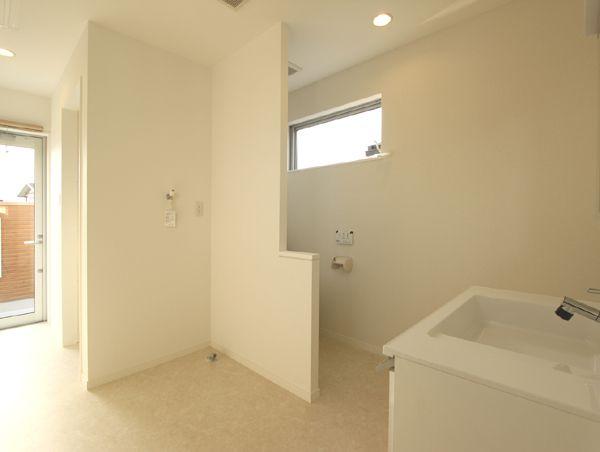 明るく機能的な脱衣室&トイレスペース