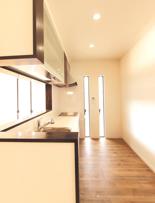 キッチンは縦スリットを配して明るくてお洒落な空間に。