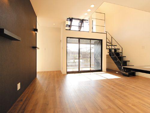 リビングルームから中2階へと上がるストリップ階段。