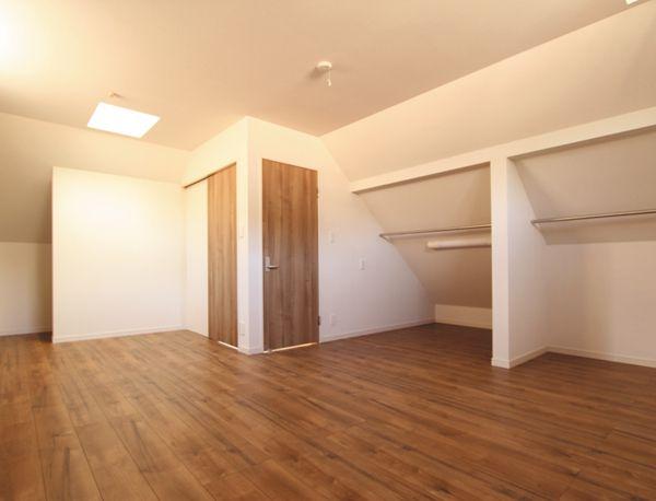 最上階の洋室にはトップライトを配置して明るい空間を提案。