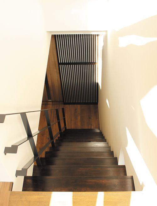 フラットバーの手摺がお洒落な階段スペース。