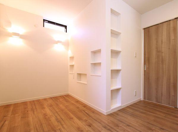 ニッチ棚を多数配置した主寝室。