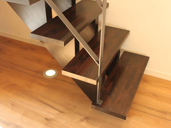 床面に設置したアッパーライトがストリップ階段のデザインを引き立てます。