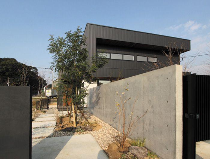 コンクリート打ち放しが高級感を醸し出す玄関アプローチ