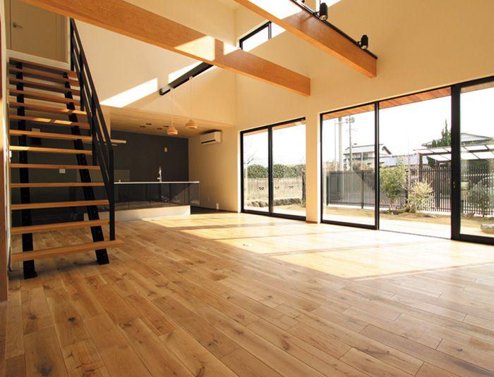 無垢板のフローリングやストリップ階段がお洒落な、明るく広々としたリビング。
