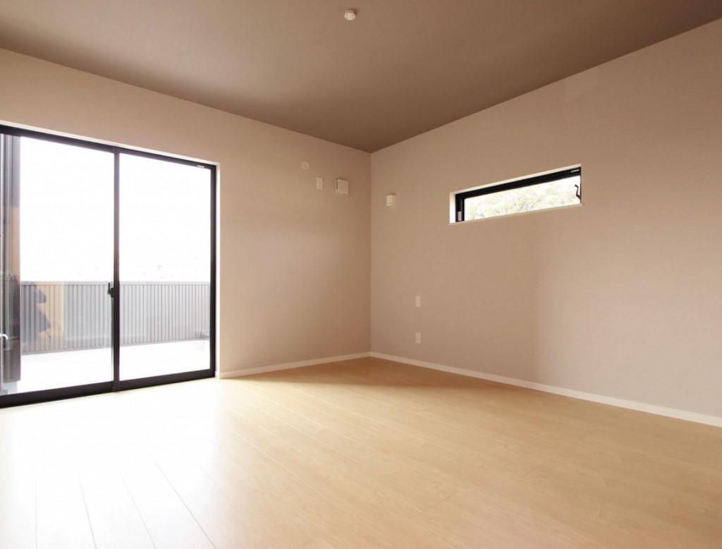 シンプルな色合いでまとめた洋室。