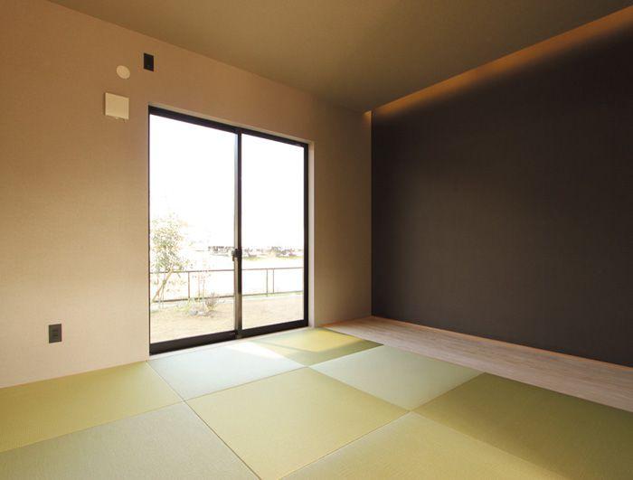和室は天井の間接照明とアクセントクロスで和モダン的なテイストに。