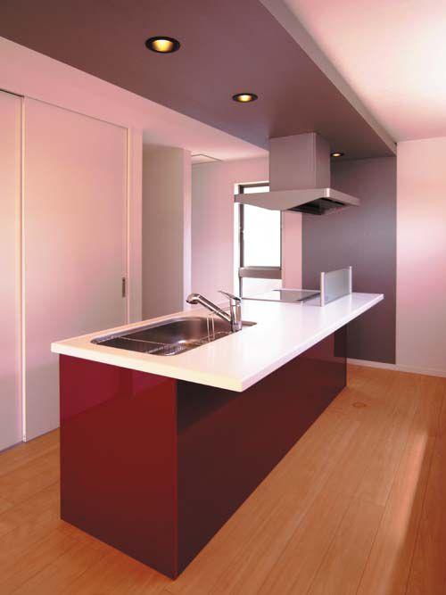システムキッチンは存在感のあるカラーを提案、キッチン上の下がり天井はシルバー色とし、スタイリッシュな空間を演出しています。