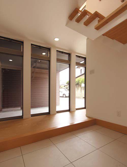 明るく広い玄関には大収納のシューズクロークを設置。屋内ガレージからの動線も確保しました。