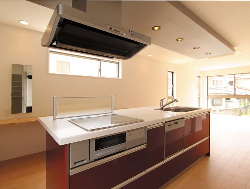 キッチンはアイランド形式とし、リビングと一体化した明るいお料理空間としました。