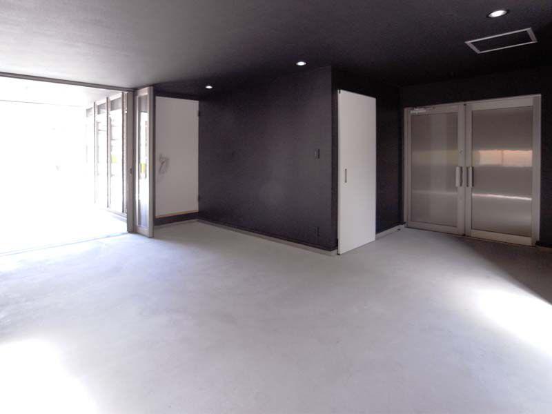 1階の屋内ガレージ。玄関への動線や大型収納、車用・バイク用の出入り口など愛車とバイクのメンテナス作業スペースを兼ねたピットインガレージです。