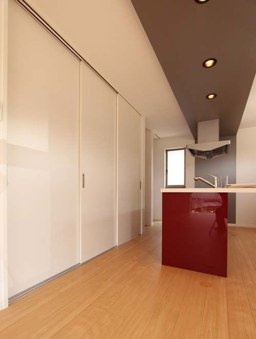 キッチン後ろの大型パントリー収納、引き戸を閉めたときにはキッチン回りをスッキリ見せます。