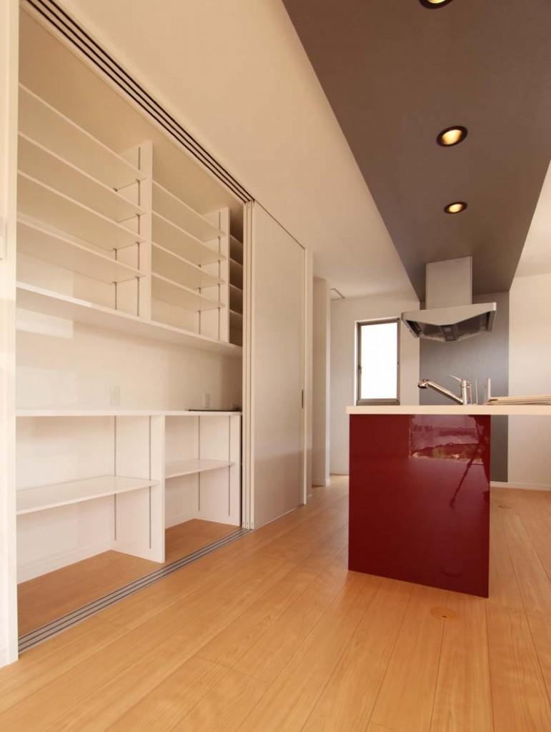 パントリー収納の引き戸を開けると大収納の食器棚が現れます。