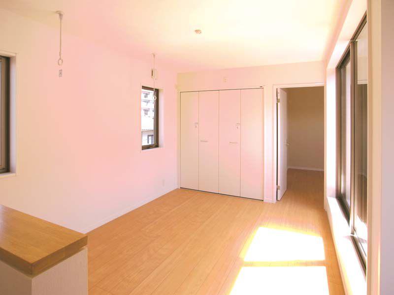 バルコニーに面した2階のオープンスペース。将来は子供部屋として仕切れるようにしています。