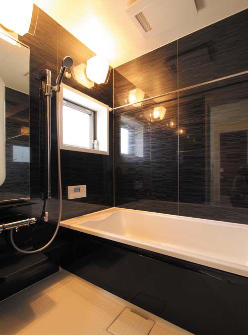 高級感溢れるお風呂は黒い壁でコーディネート。