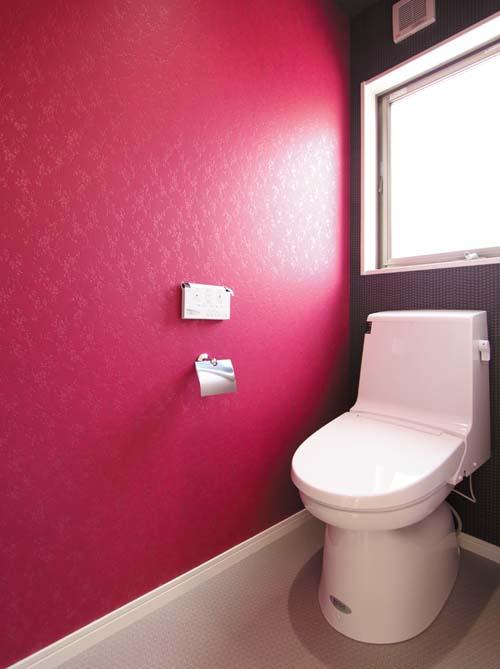 トイレはビビットなカラーリングにチャレンジ。個性的なトイレ空間となりました。