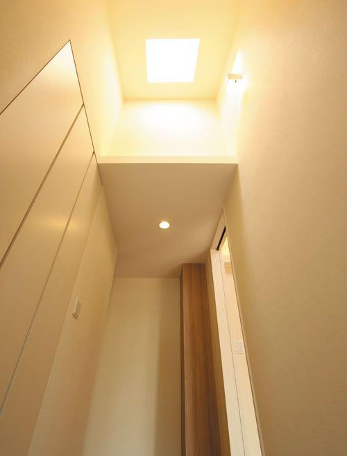 玄関の天井にはトップライト(天窓)を設置し、とっても明るい玄関を実現しました。