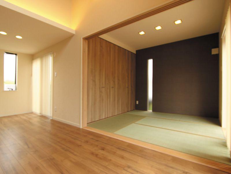 リビングに連続する和室はちょっとモダンな空間に。3枚引戸を閉めればゲストルームとしても使えます。