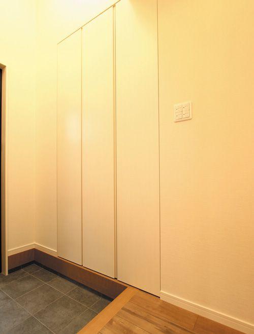 玄関の下足箱は壁埋め込みタイプの「のあオリジナル下足箱」。さりげなく壁に溶け込んでスッキリとした玄関となっています。