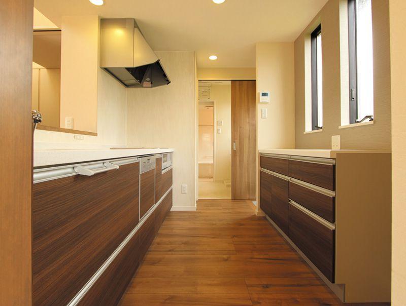 キッチンは風と光がたっぷりと入る快適スペースに。洗面所への動線も確保しました。