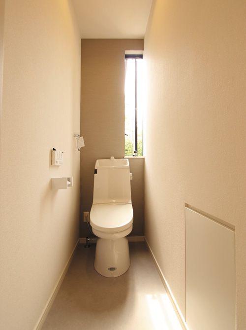 トイレには開けたままでも人が侵入できず安心なスリットタイプのサッシを配しました。