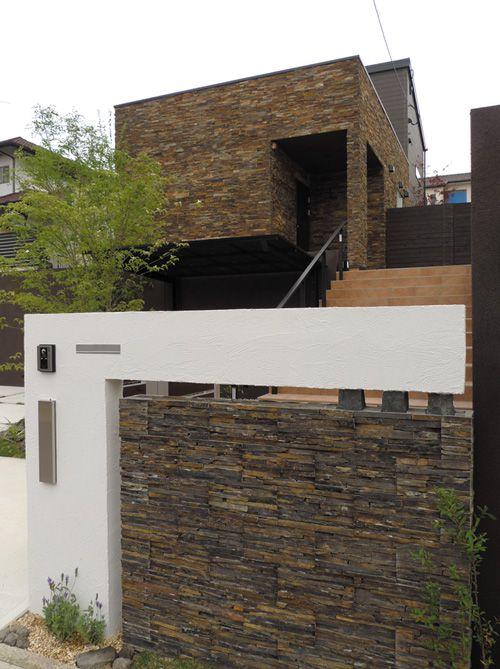 デザインされた門扉から階段を上り重厚感のある玄関へ。邸宅の趣が漂います。
