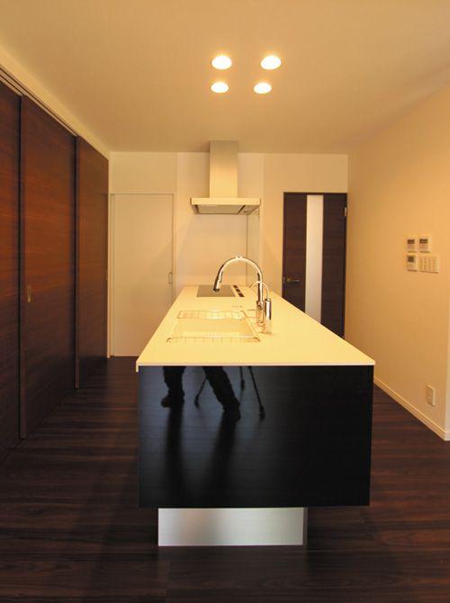 機能的なキッチンの背面は大容量の壁面食器庫。引き戸を閉めていればいつもスッキリ。
