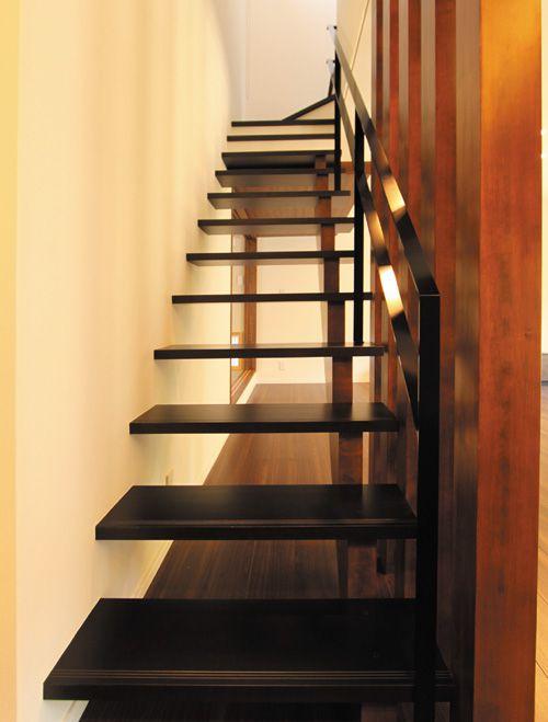 2階へ上る階段はスケルトン形式としてリビングの解放感を増すと同時に、インテリアの一部としても存在感を示しています。