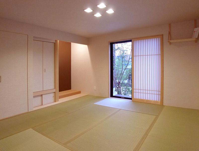 本格的な8帖の和室からは四季の木々をみることができます。