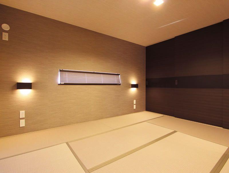畳床の主寝室は落ち着いた雰囲気の空間となりました。濃茶と黒の戸襖が重厚感を醸し出しています。