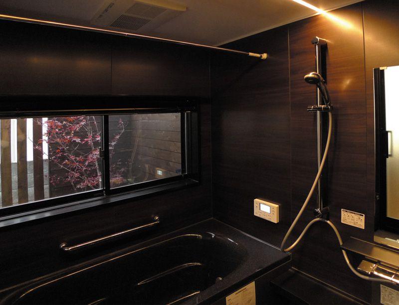 黒で統一したお風呂の窓からは庭園を望み、一日の疲れを癒します。