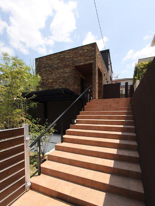 玄関アプローチの階段は幅を広くとり、ギャラリーのエントランスのような雰囲気を演出しています。