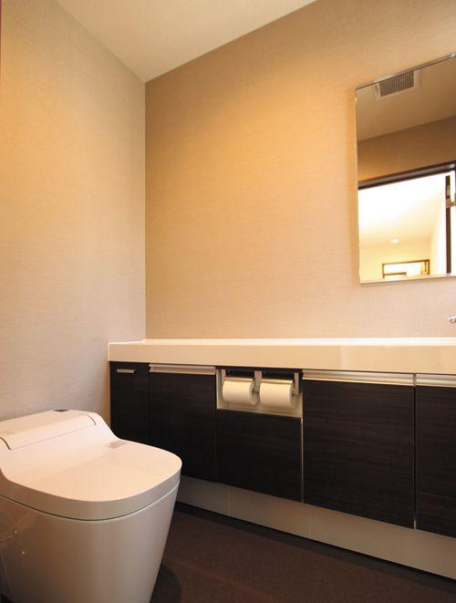 広々としたトイレには収納たっぷりの手洗いカウンターを設置しました。