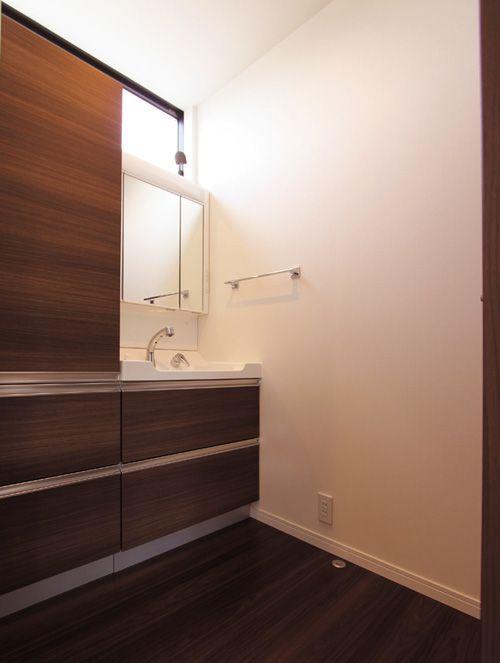 洗面所の上部にはワイドな採光窓を設置し、快適な明るさを確保しました。