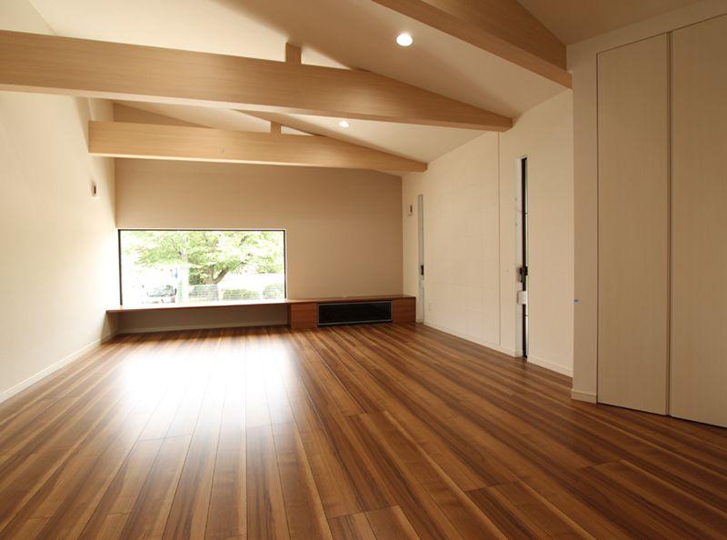 テレビカウンター上のスクエア窓と勾配天井・化粧梁が変化のある明るい空間を演出しています。