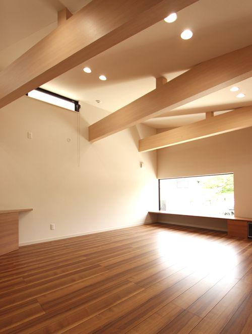 リビングルームの壁上部には通風用のデザインサッシを設置しました。